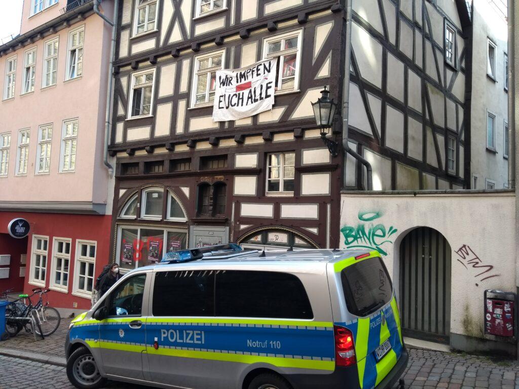"""Eine Marburger WG hängt Transparent aus dem Fenster: """"Wir impfen Euch alle"""""""